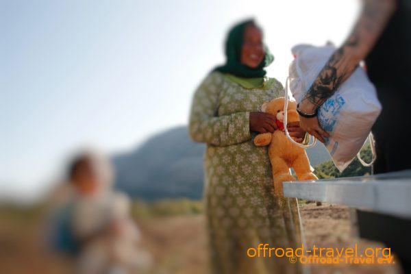 Unsere 2. Fahrerin des Magirus übergibt der Mutter und ihrem Kind 2 Teddybären als Dankeschön und Anerkennung für ihre Gastfreundlichkeit.